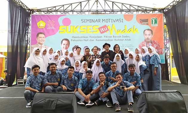 Anak-anak SMK BK Ciawi Mengikuti Seminar Motivasi di SMK BK Tasikmalaya